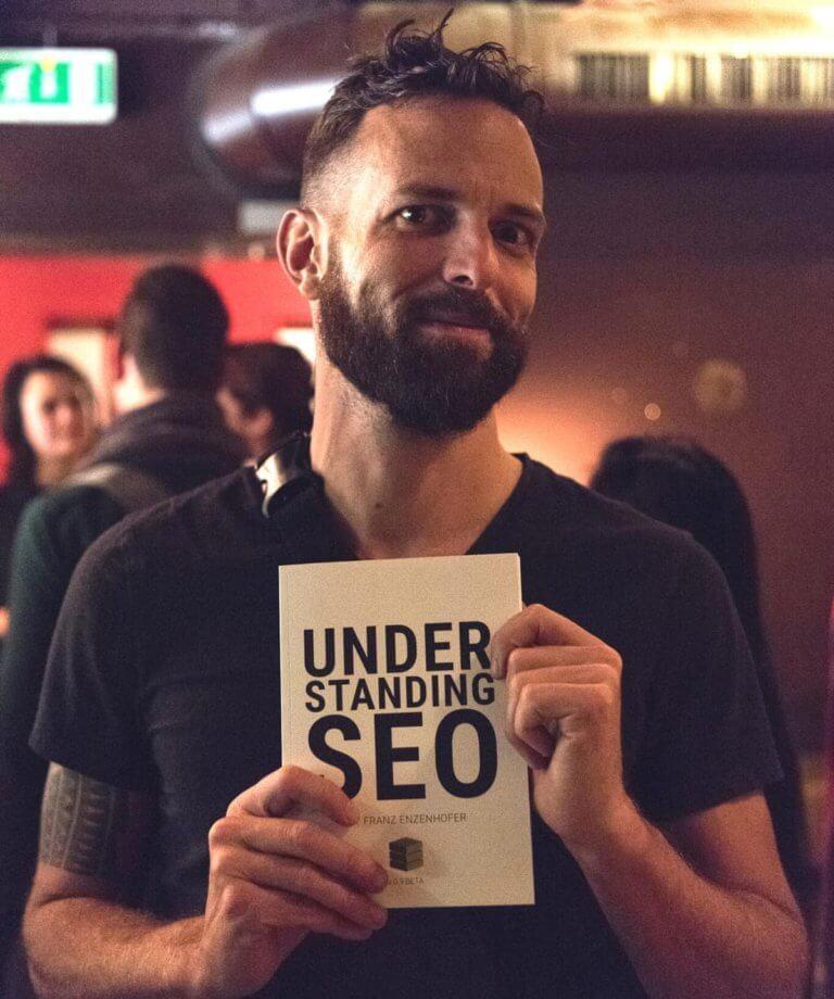 Franz Enzenhofer hält sein Buch Understanding SEO